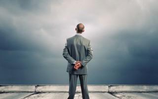 business-professionista-guarda-verso-il-vuoto
